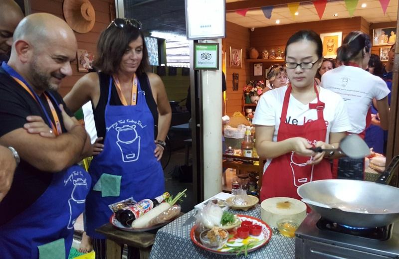 Cours de cuisine thaï pour les participants aux Forces de Ventes. Après avoir cuisiné, ils ont pu déguster leur plat - DR : A.B.