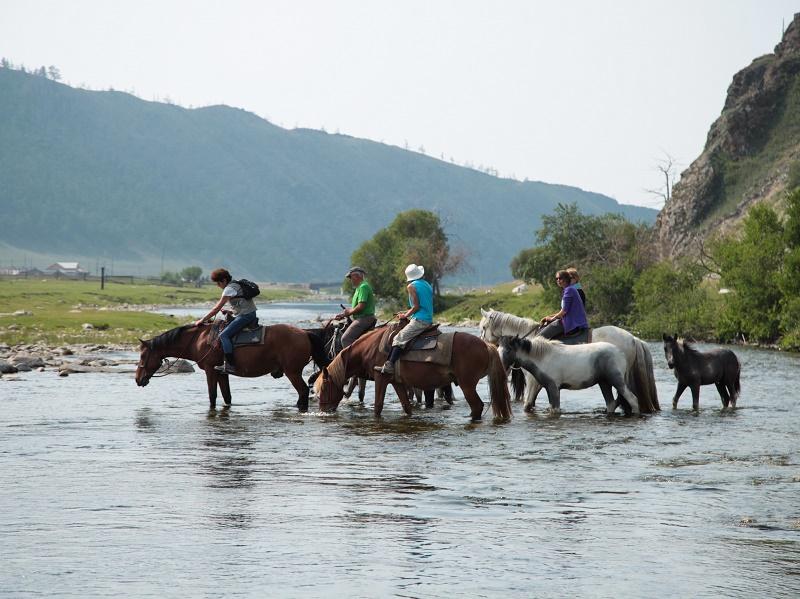 Rando-découverte à cheval lors de la seconde étape de la Grande Expédition de Huwans en Sibérie Orientale - Photo : Huwans