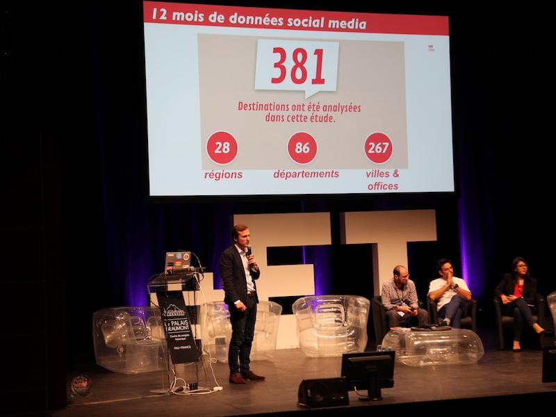 Nicolas De Dianous de We Like Travel présente les trophées Social Media sur la scène du Palais Beaumont à Pau (c) Johanna Gutkind