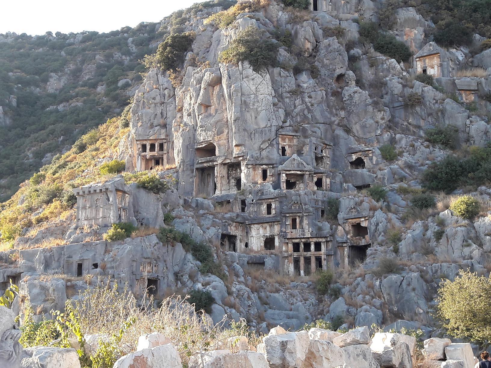 Sur la route des vestiges de l'ancienne Lycie. Ici le cimetière vertical de Demre. Photo MS.