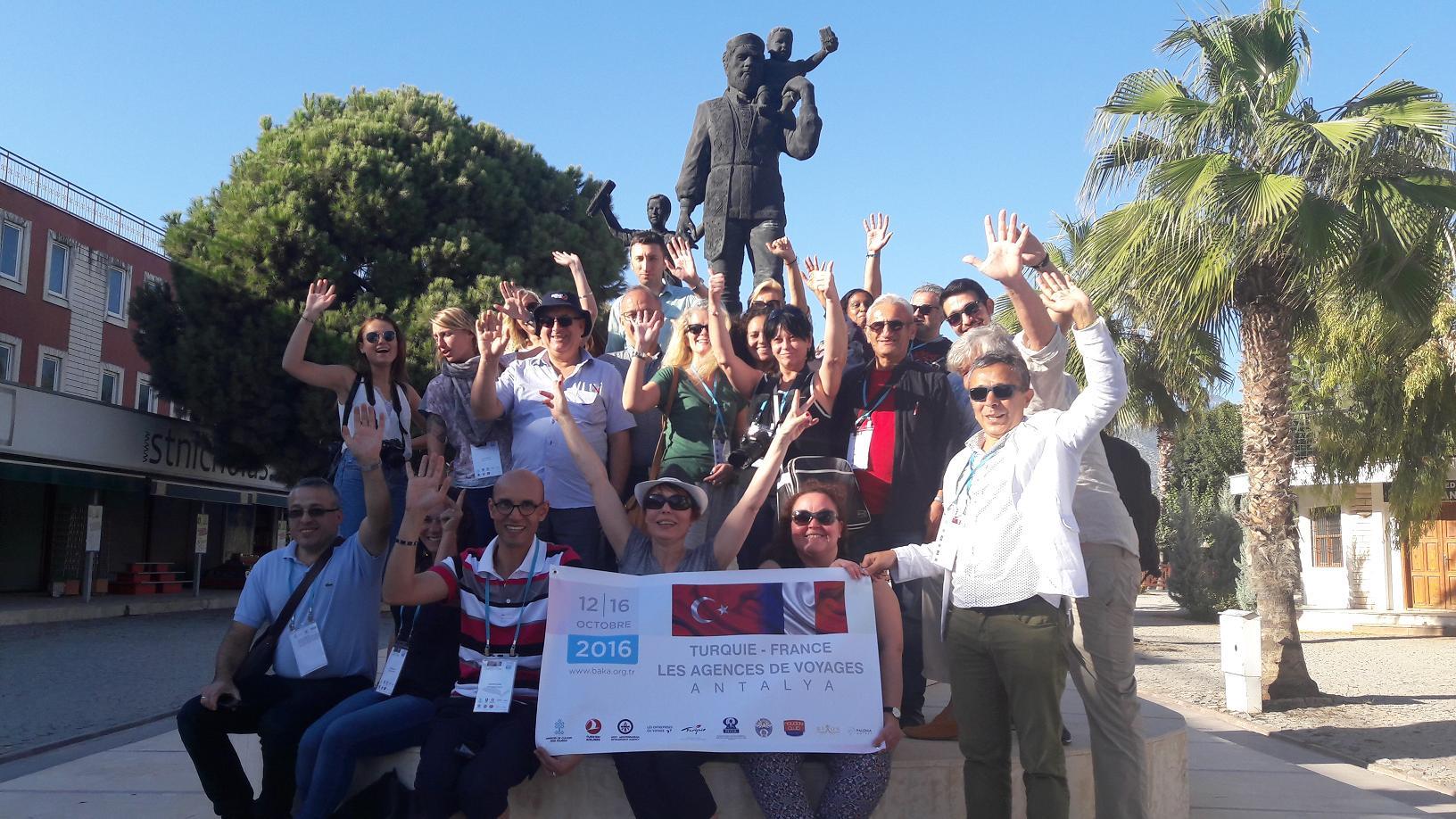 Notre groupe devant la statue de Saint Nicolas qui offre des cadeaux aux enfants. Et si le vrai Père Noël c'était lui ? Photo MS.