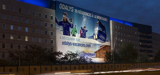 L'affiche est mise en place porte de Saint-Ouen en partenariat avec JC Decaux - Photo : Odalys