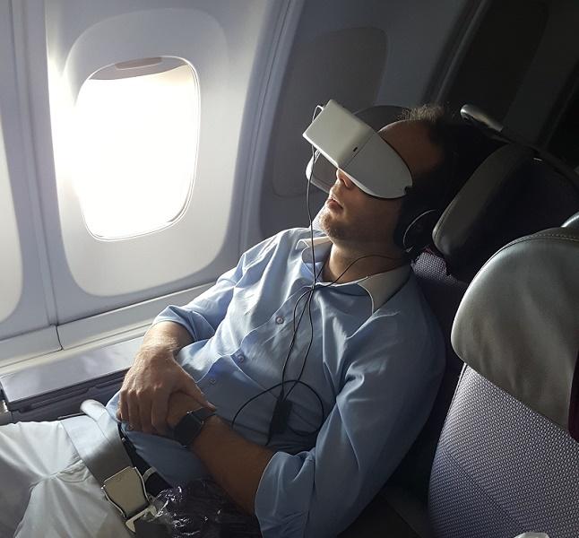 Un passager de Corsair en train de regarder un film immersif - Photo Corsair Skylight