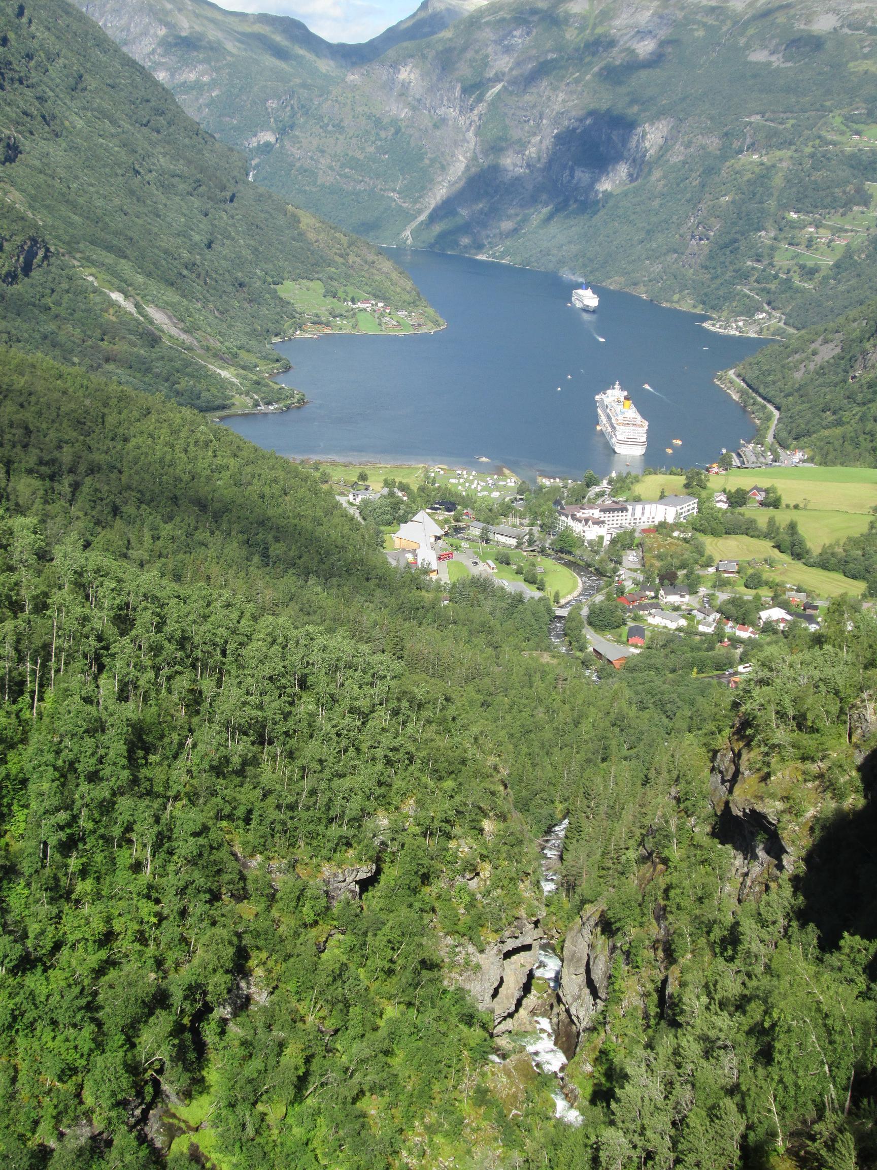 Tout en bas, au fond du fjord, notre Costa Favolosa paraît tout petit. Photo MS.