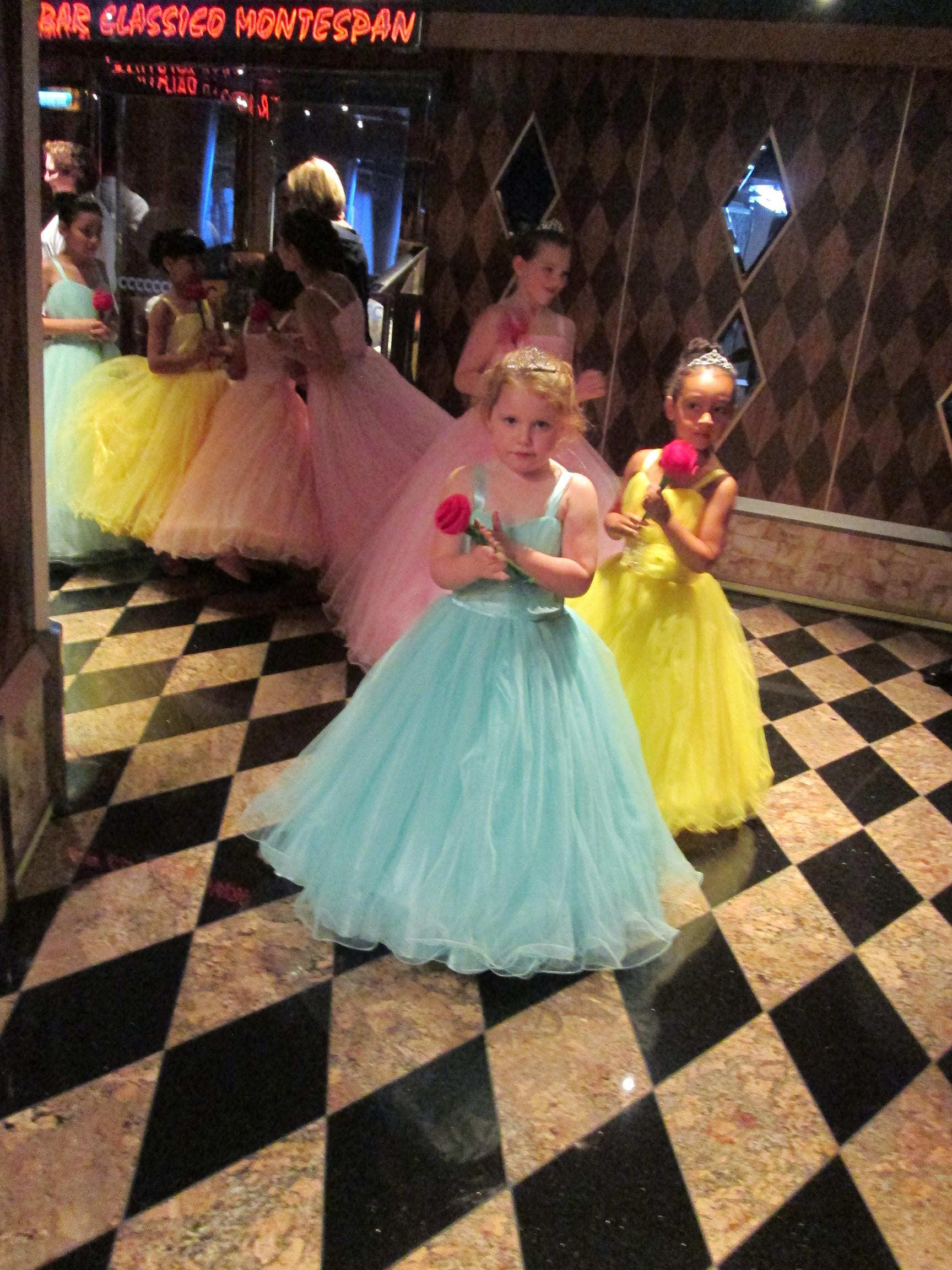 A bord les petites filles deviennent princesse d'un soir. Photo MS.