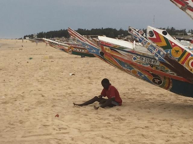 Kayar, le plus grand centre de pêche du pays. Chaque jour, des centaines de pirogues, superbement décorées, ramènent des tonnes de poissons dans le port et se rangent, le long de la plage, sur plus de deux kilomètres - DR : J.-P.C.