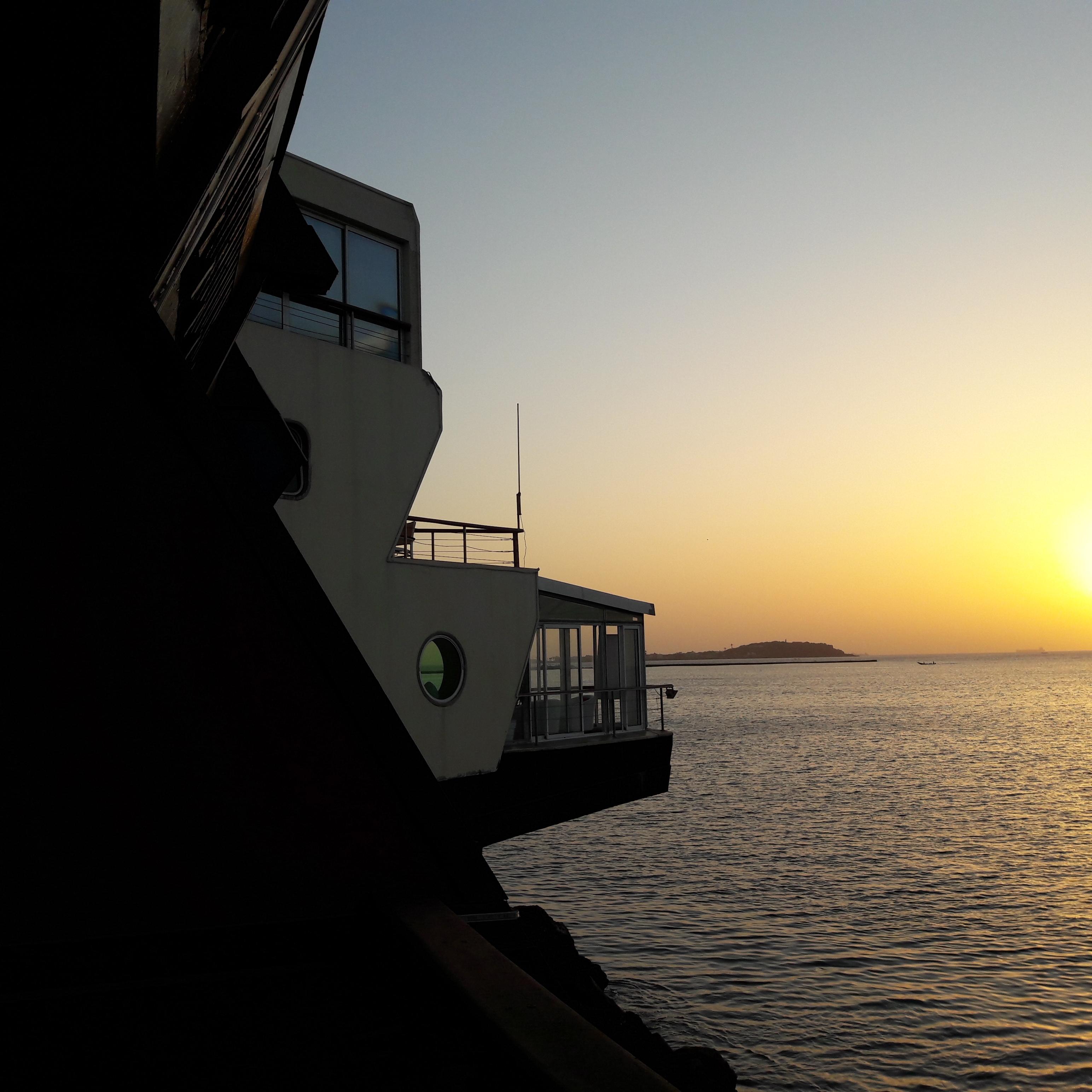 Le soleil se lève sur l'île de Gorée. Au premier plan, le restaurant de l'hôtel Lagon - DR : M.S.
