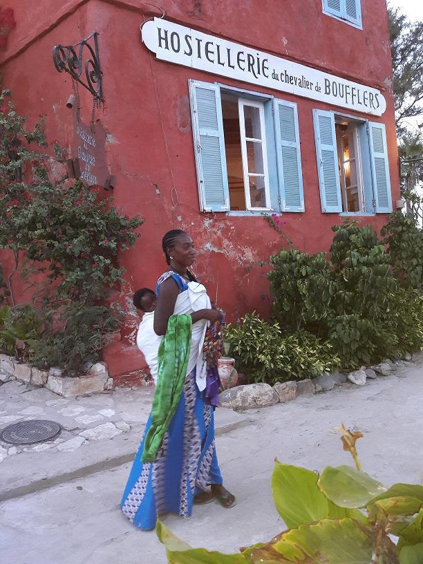 Elle prend le bac tous les jours pour  vendre des colliers de pacotille aux nombreux touristes qui visitent l'île de Gorée - M.S.