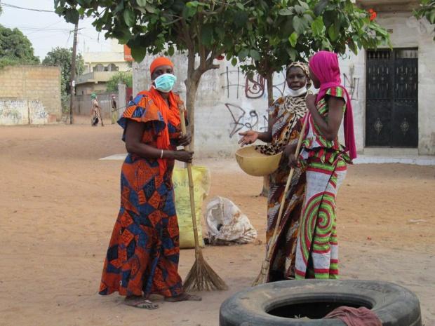 La route de Saint-Louis traverse des villages où les femmes veillent. Ici, elles nettoient, elles balaient - DR : M.S.