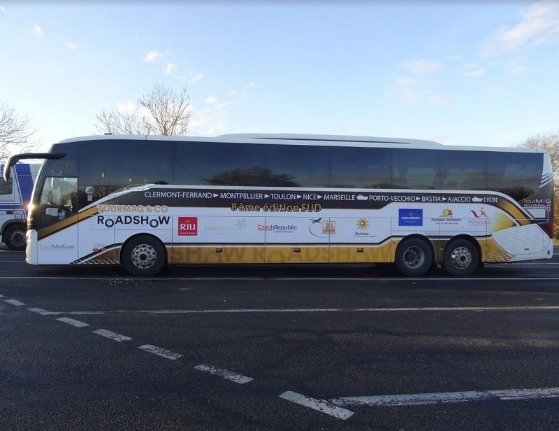 Les 8 partenaires ont embarqué à bord de l'autocar de Voyages Internationaux pour une nouvelle tournée à la rencontre des agents de voyages. - Photo LF