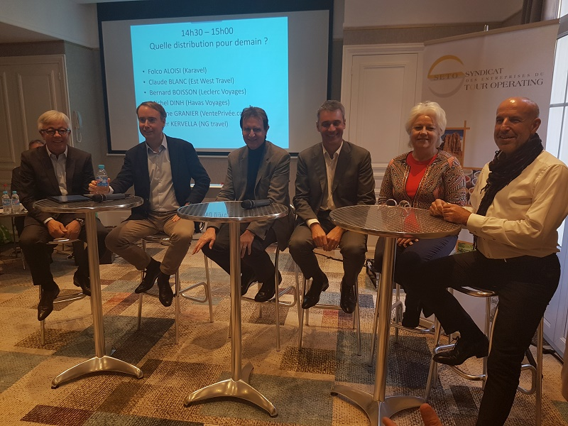 Michel Dinh (Havas Voyages), Olivier Kervella (NG Travel), Bernard Boisson (Leclerc Voyages), Folco Aloisi (Karavel), Martine Granier (Vente-privee), Claude Blanc (Travel & Co) lors de la table ronde organisée au Forum du SETO - Photo CE