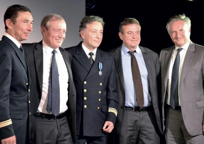 De gauche à droite : le commandant Genevaz, Francis Vallat, président d'honneur du cluster maritime et de l'Institut Français de la Mer, le commandant Garcia, François Vielfaure, directeur d'exploitation de Ponant et Jean-Emmanuel Sauvée, président de Ponant - DR : Ponant