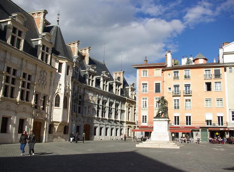 Cœur historique de la ville, la place Saint-André - dite aussi « place du Trib » - rassemble les symboles de pouvoir de l'ancienne province du Dauphiné - DR : J.-F.R.