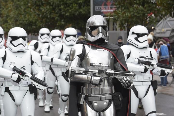 """""""La Patrouille des Stormtroopers"""" défilera entre le 14 janvier et 26 mars 2017 - Photo Disneyland Paris"""