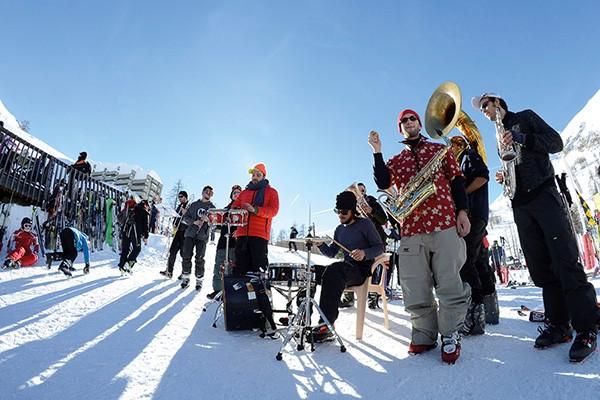 Skis au pied ou en après ski, le festival se vit sur tous les tempos, en extérieur comme en intérieur @Gil Deluermoz