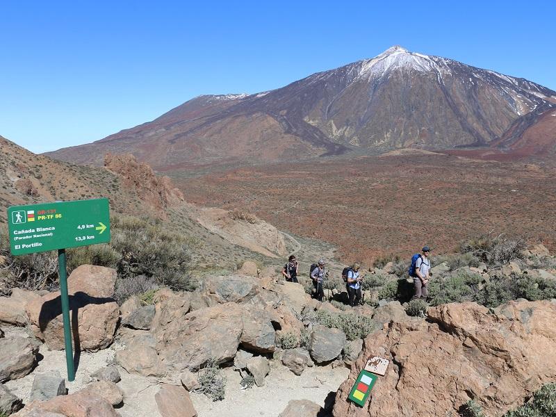 A mesure que le GR 131 grimpe le rebord de la caldeira, le panorama s'élargit sur la plaine de rocaille, la végétation rase, le volcan gris aux pentes ravinées… - DR : J.-F.R.