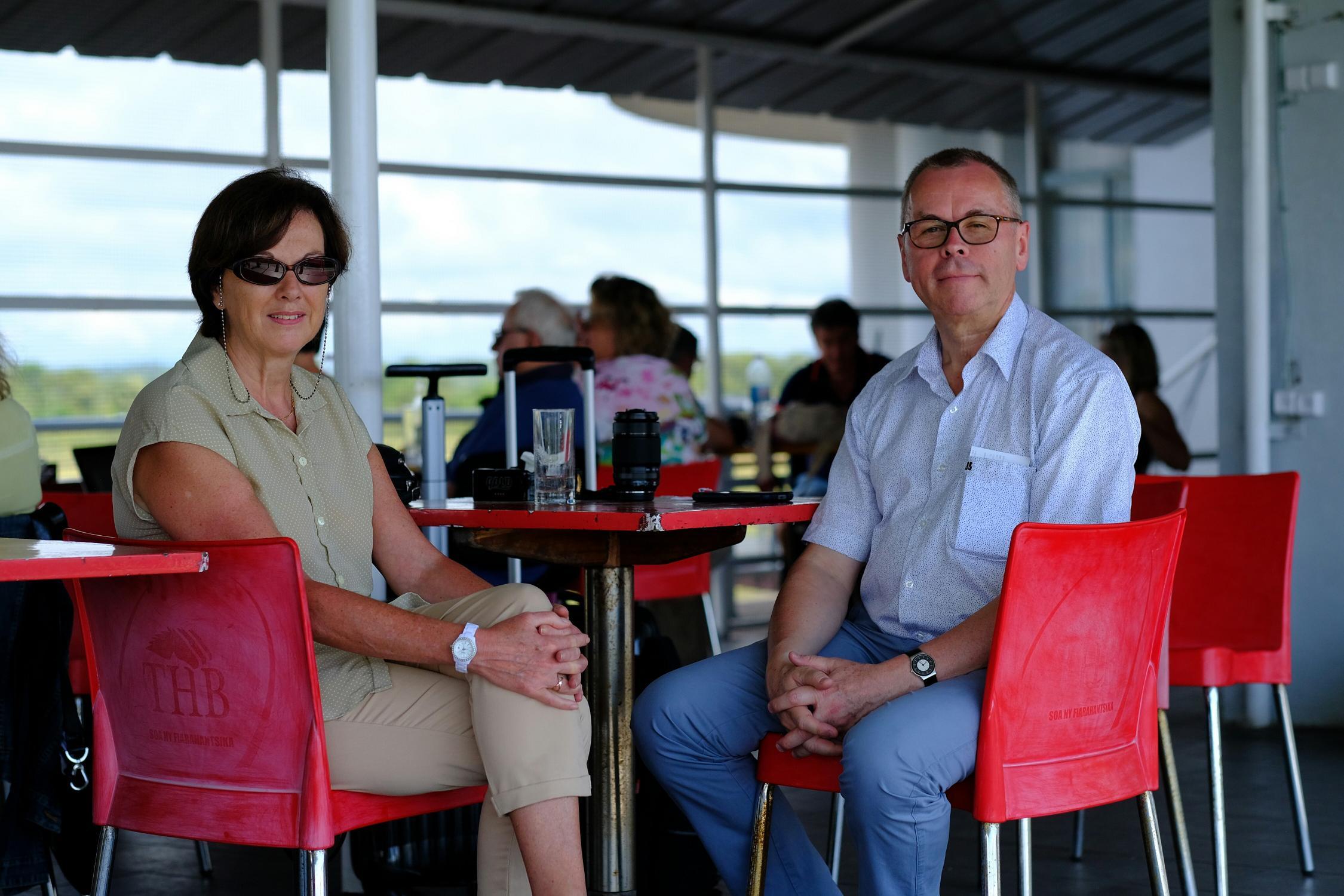 A l'aéroport de Tamatave, Christine Baal, présidente des Distributeurs de LEV national et représentante d'ECTAA chez IATA et Michel de Blust, Secrétaire Général de l'ECTAA - DR : L.D.