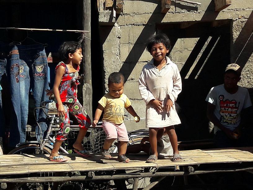C'est une même fratrie. A côté de leur père, ils dansent sans musique, sans public, juste pour se faire plaisir - Photo : M.S.
