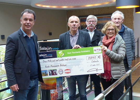 Salaün Holidays a reçu le 7 mars dernier une délégation de l'association Amitié Madagascar Bretagne afin de lui remettre un chèque d'un montant de 2 890€ - DR : Salaün Holidays