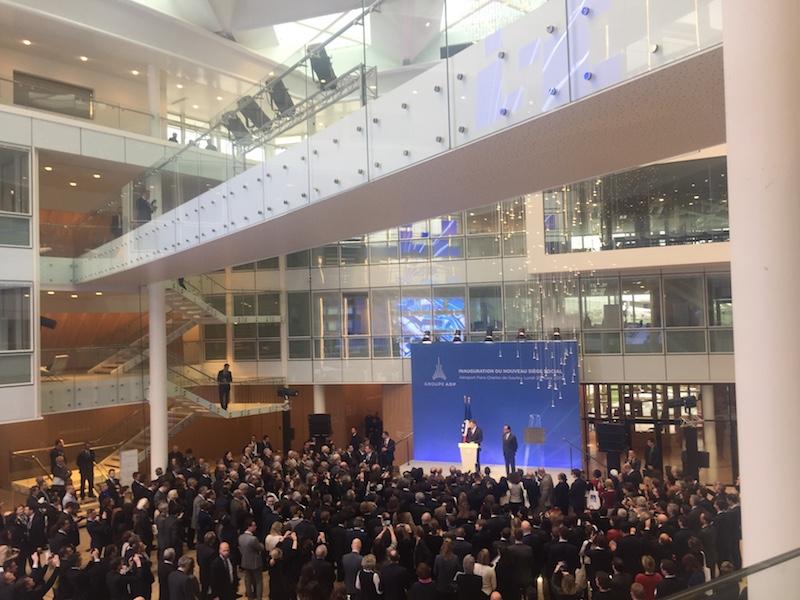 Dans le hall flambant neuf, François Hollande et Augustin de Romanet inaugurent le nouveau siège social du groupe ADP, lundi 20 mars à Roissy - DR : P.G.