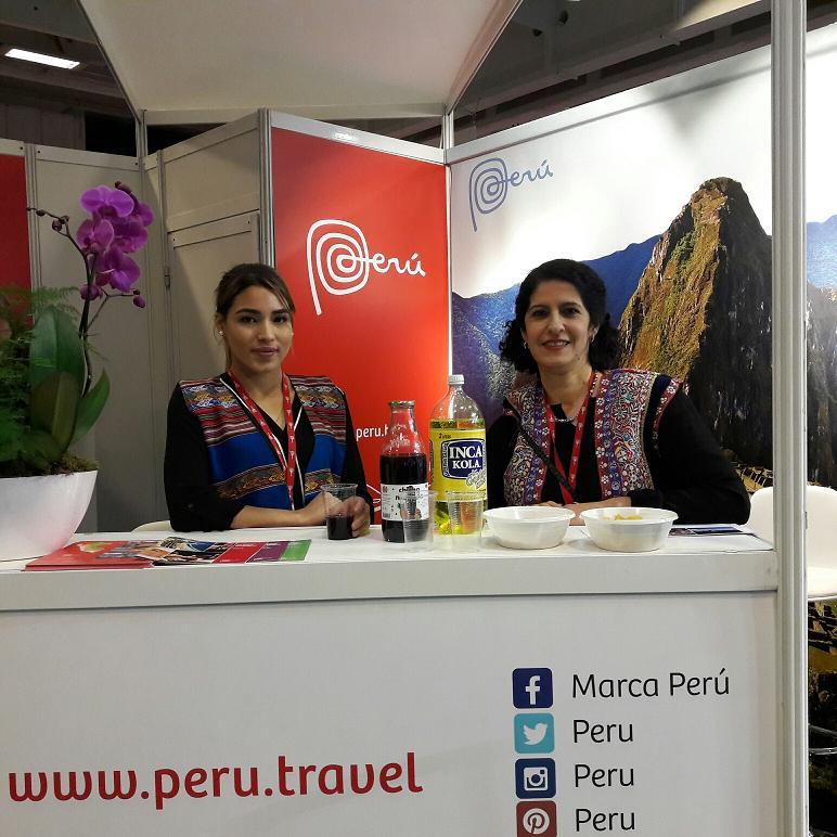Première participation à SalonsCE de l'OT du Pérou. Maria Elena Coruest du Bureau commercial du Pérou en France (à droite) et son assistante Karla Yncio. Photo MS.