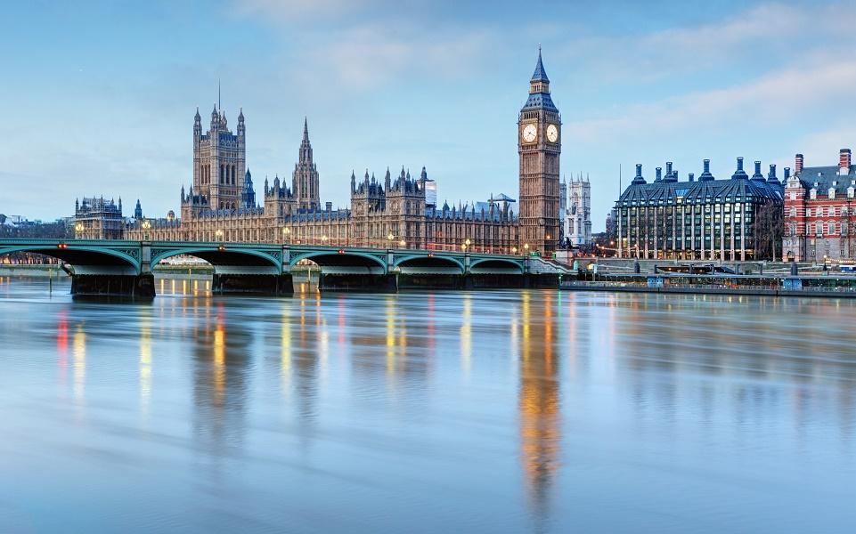 Big Ben et le Parlement britannique derrière le pont de Westminster - Photo : TTstudio-Fotolia.com