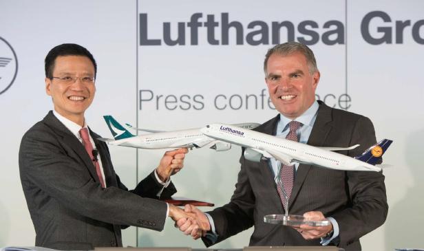 Ivan Chu, Directeur de Cathay Pacific, et Carsten Spohr, Président du Conseil d'Administration et Président Directeur Général du groupe Lufthansa, ont signé une nouvelle convention de coopération lors de la conférence de presse de ce jour à Francfort en Allemagne - Photo : Cathay Pacific/Lufthansa