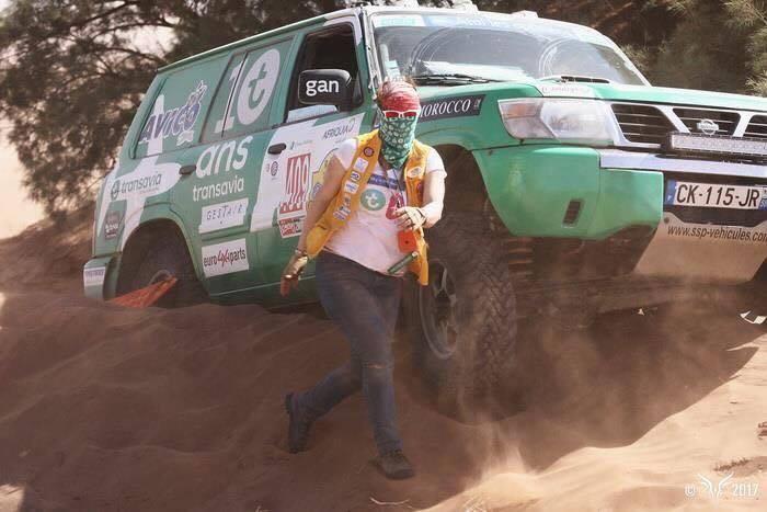 Armelle et Caroline doivent sortir la voiture du sable - Photo Rallye Aïcha des Gazelles