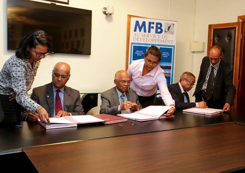 Marie-Joseph Malé, Président Directeur Général de la compagnie Air Austral et Léon Rajaobelina, Président du Conseil d'Administration d'Air Madagascar - Photo Air Madagascar