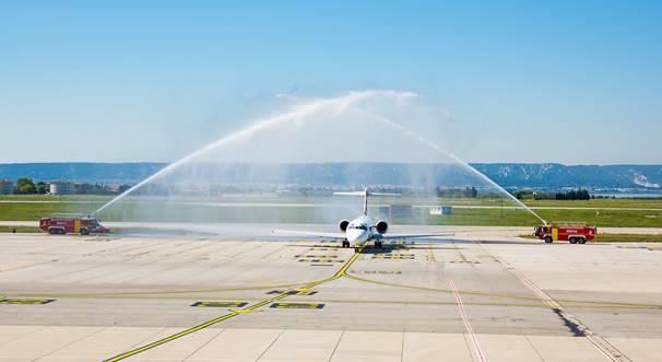 L'avion de Volotea a été accueilli par les canons à eau des pompiers de Marseille - Photo : Volotea