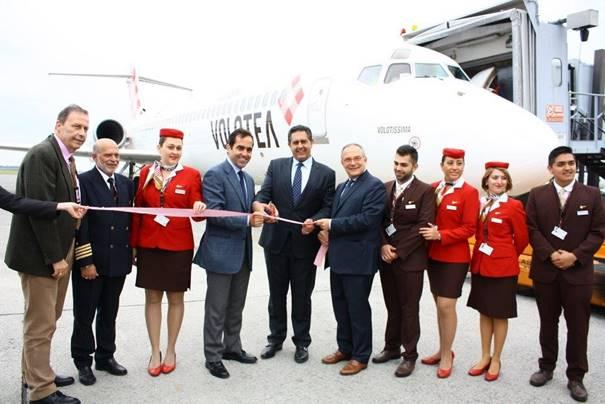 Carlos Muñoz, président de Volotea et les autorités locales de Gênes ont assisté à l'inauguration de la base à l'aéroport Christophe Colomb - DR : Volotea