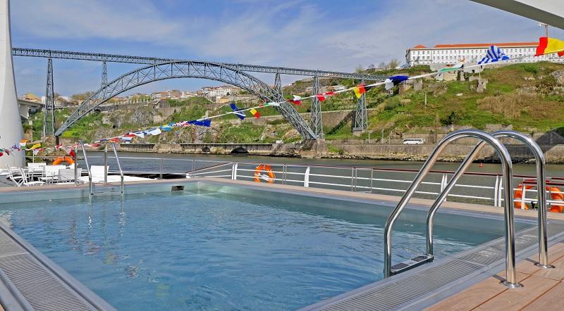 Sur le pont soleil, une superbe piscine de 24 mètres carrés est installée - DR : L.M.
