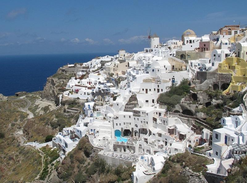Les agents de voyages découvriront l'île volcanique de Santorin, avec ses villages perchés au sommet de la Caldeira - DR : JDL