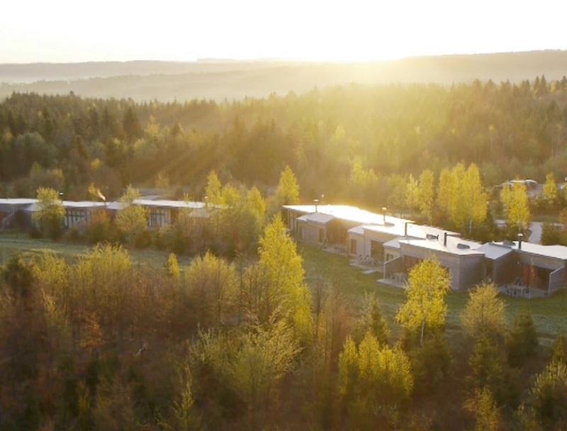 L'établissement se dotera d'un nouveau hameau haut de gamme composé de 95 cottages luxe et d'un nouvel espace Forest Lodge de 1 200 m2 - DR : Capture d'écran Center Parcs Les trois Forêts