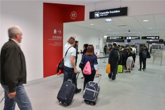 Passagers aux contrôles d'identité © Eric Soudan/Aéroports de Lyon