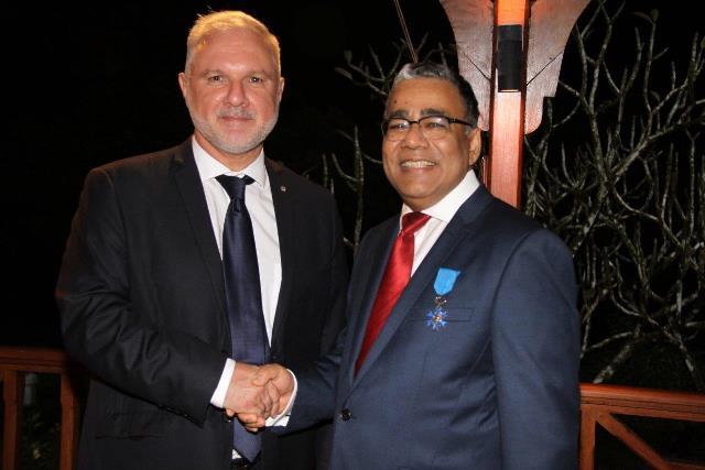 Donald Payen a reçu l'insigne de l'ordre national du Mérite des mains de l'Ambassadeur de France à Maurice - Photo : Ambassade de France à Maurice
