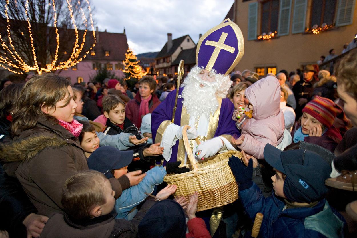 Saint Nicolas offrant des chocolats aux enfants - DR : Meyer