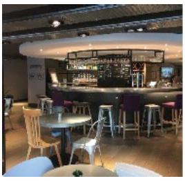 Le nouveau concept de Campanile propose un nouvel espace d'accueil en comptoir - Photo : Campanile