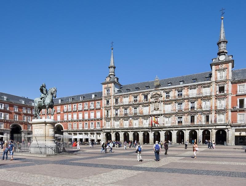 Au c ur de madrid la plaza mayor f te ses 400 printemps - Office de tourisme madrid ...