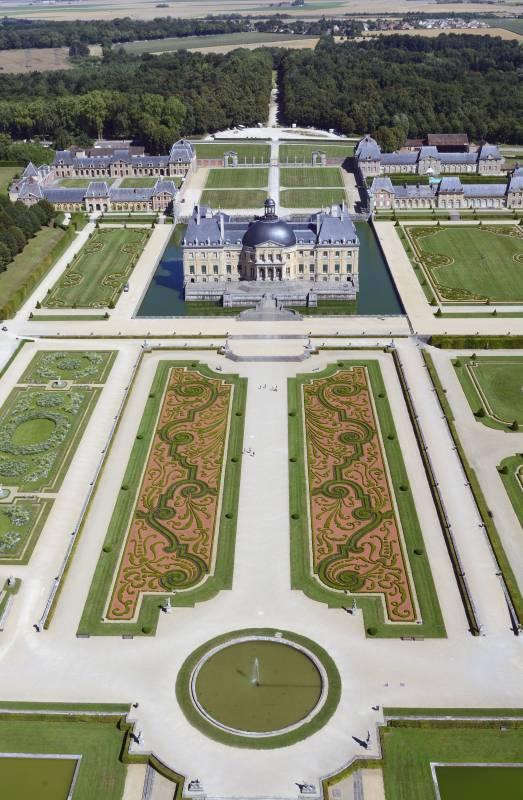Le Château de Vaux-le-Vicomte voulu par Nicolas Fouquet et les jardins à la française tels que Le Notre les avait dessinés. C Chicurel.