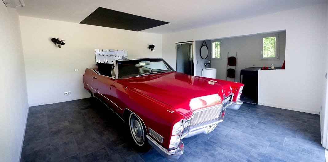 Le lit de cette suite de 40 m² est installé dans une Cadillac Cabriolet de 1968 - Photo : L'Atelier de Cupidon