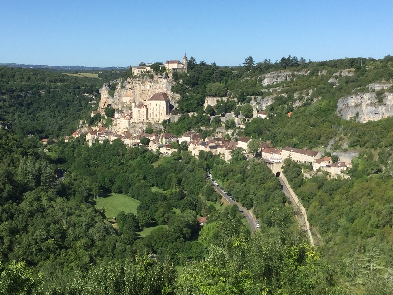 Rocamadour, accrochée à flanc de colline - Photo : J.-P.C.