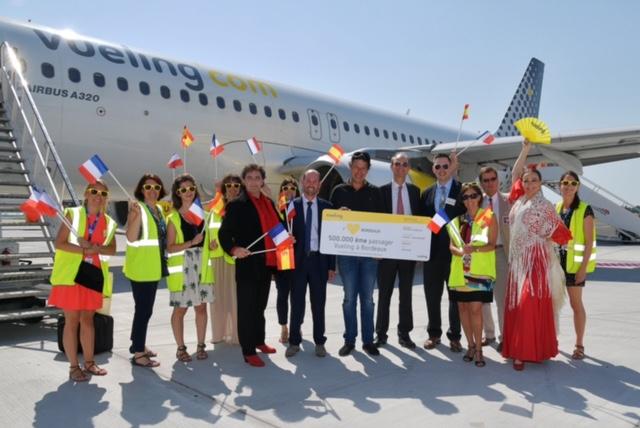 Le 500 000e passager de Vueling à l'aéroport de Bordeaux s'est vu offrir un billet aller/retour pour deux personnes - Photo : Aéroport de Bordeaux
