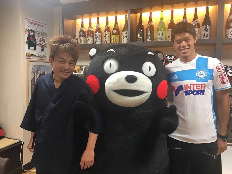 Ippei Uemura (à gauche) et Hiroki Sakai qui entourent la mascotte - Photo : DR