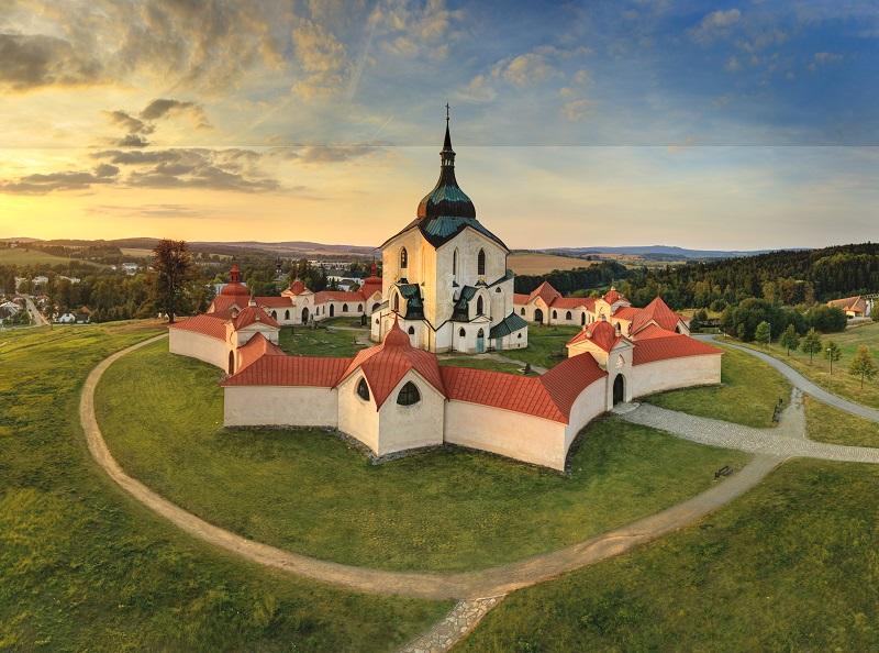 """L'église Saint-Jean-de-Nepomucène de Zelená Hora, chef-d'œuvre de Santini autour du nombre """"5"""" - DR : OT République tchèque"""