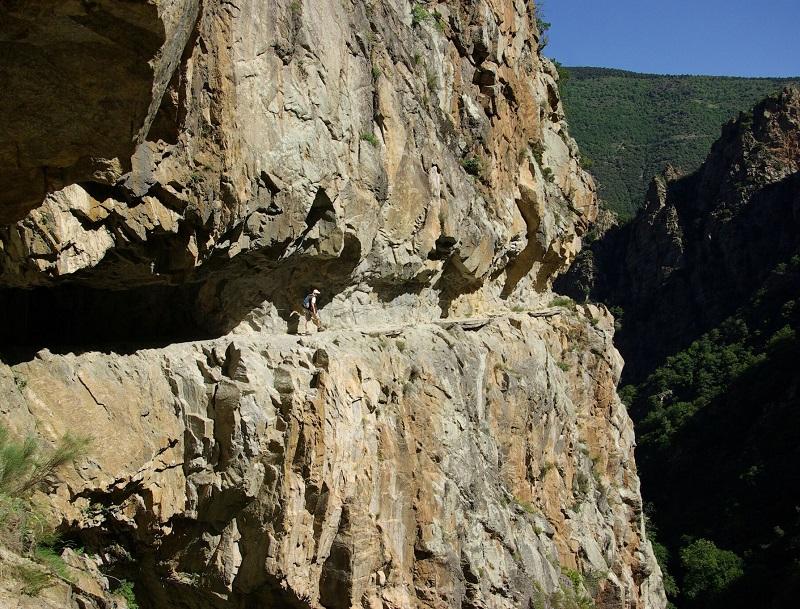 Après 30 minutes d'ascension, le parcours débouche sur un chemin taillé dans les gneiss et les granits, cent mètres au-dessus du canyon - DR : J.-F.R.