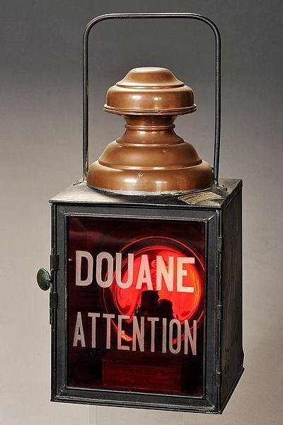 La lanterne, objet clé du douanier en embuscade la nuit, jusqu'au début du 20e siècle - DR : Musée national des douanes, France - Alban Gilbert