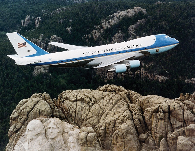 "Dans une lettre à Donald Trump, Marc Rochet demande à ses services de ""reconsidérer la décision de faire atterrir Air Force One à Orly"" - DR : U.S. Air Force File Photo, Wikimedia Commons"