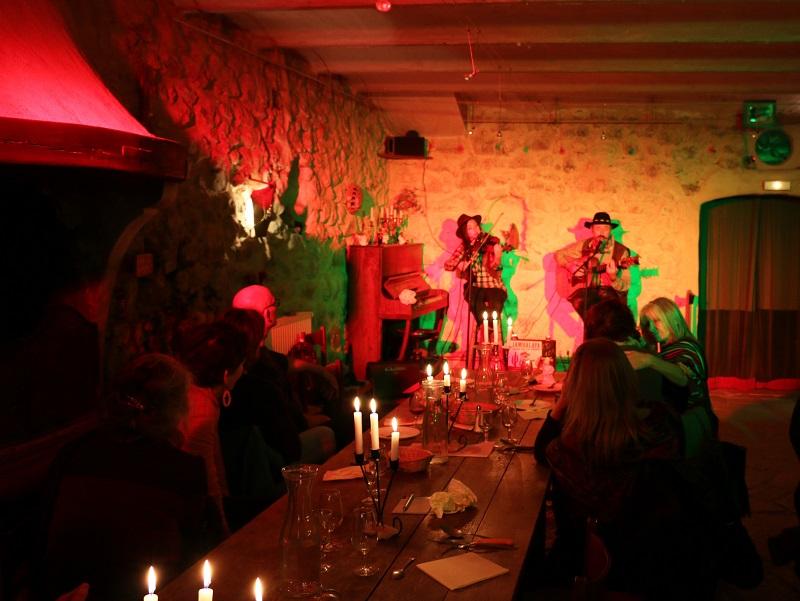 Ce soir-là, installé devant les murs en pierre naturelle de la salle à manger, un duo mixte remarquable, « entre jazz et cajun », anime la soirée - DR : J.-F.R.