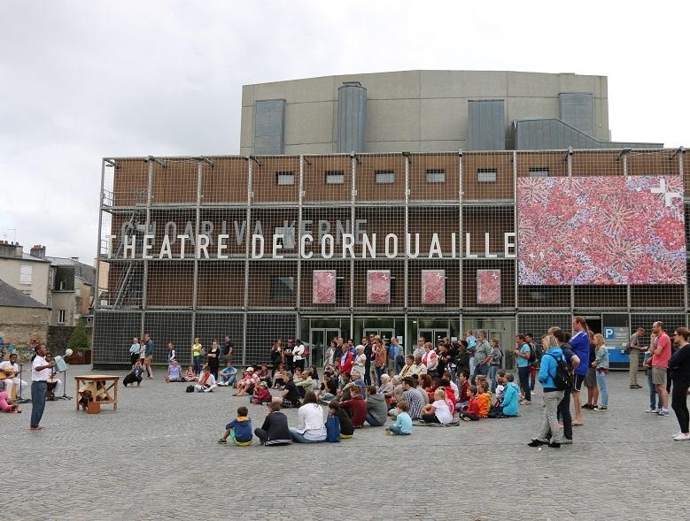 Entre la médiathèque et le Théâtre de Cornouaille, l'esplanade formée au cœur de cet ensemble prend les jours de spectacles des allures de place Beaubourg - DR : J.-F.R.